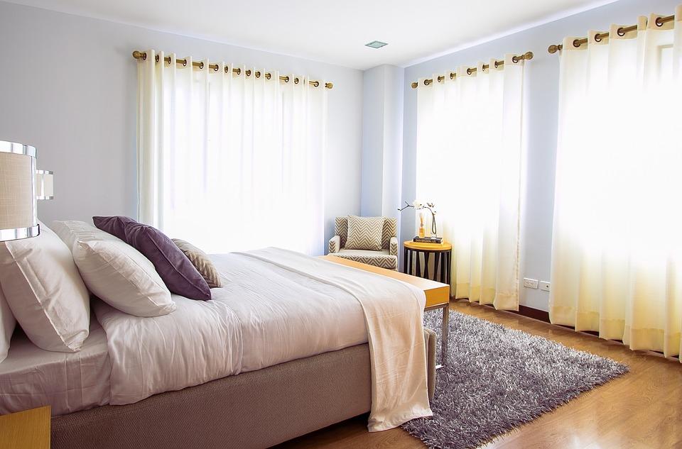 karnisze drewniane zamontowane w sypialni
