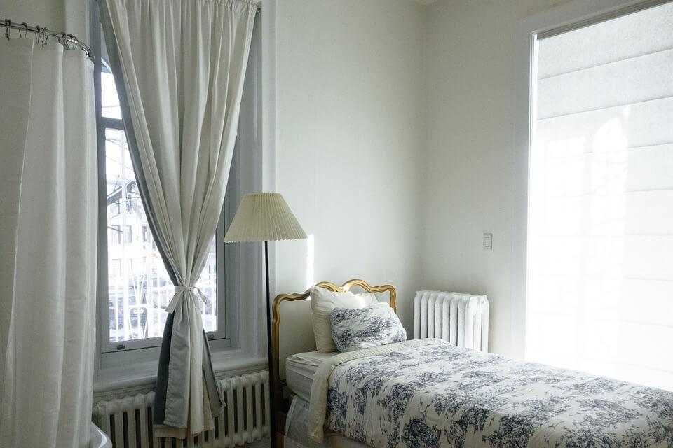roleta rzymska zamontowana w sypialni